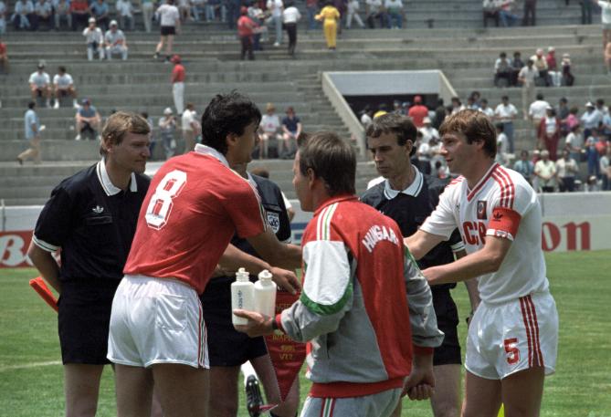 Amikor még bizakodtunk... A két csapatkapitány, Nagy Antal és Anatolij Gyemjanyenko kézfogása a Magyarország-Szovjetunió vb-csoportmeccs előtt. Fotó: MTI/Németh Ferenc
