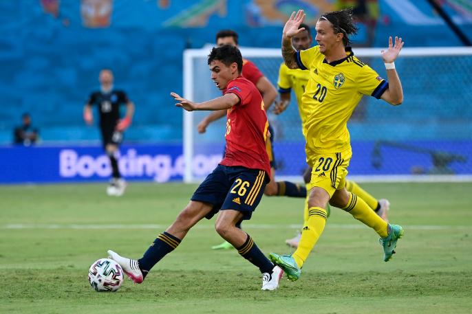 A látszat csal: a svédek nem feltartott kézzel léptek pályára a spanyolok ellen. Fotó: MTI/AP/AFP pool/Pierre Philippe Marcou