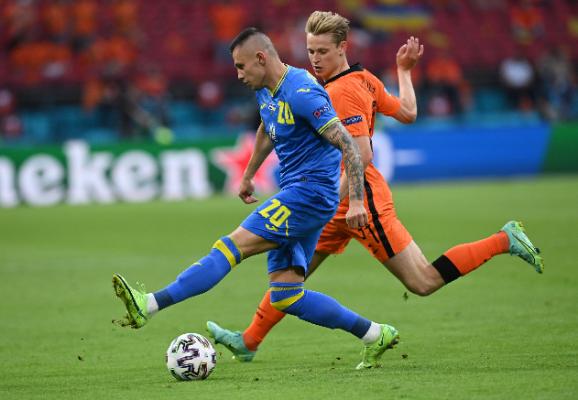 A Ferencváros játékosa, Alekszandr Zubkov (kék mezben) hamar megsérült és nem is tudta folytatni a játékot. Fotó: MTI/EPA/AFP/John Thys