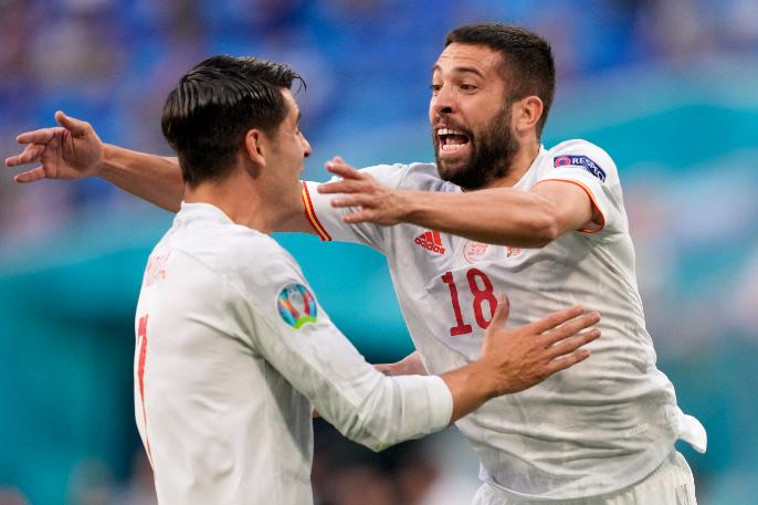 Alvaro Morata és Jordi Alba ünnepli az utóbbi által szerzett spanyol gólt a Svájc-Spanyolország Eb-negyeddöntőn. Fotó: MTI/AP pool/Dmitrij Loveckij