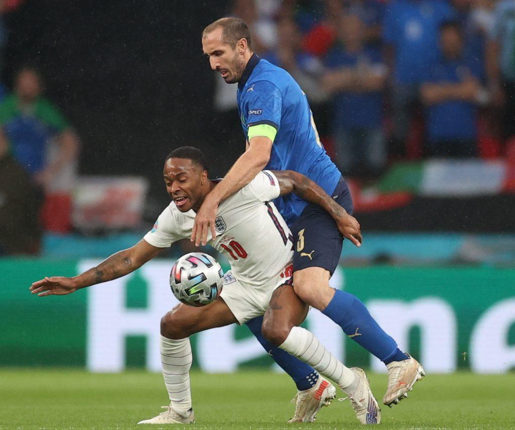 Az angol Raheem Sterling (b) és az olasz Giorgio Chiellini párharca az Olaszország-Anglia Eb-döntőnn a Wembley stadionban.<br /> MTI/EPA Pool/Carl Recine