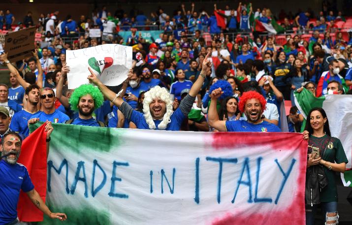 Olasz szurkolók a Wembley Stadionban a foci Eb döntőjén. Fotó: MTI/EPA/Andy Rain