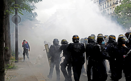 Rendőrökkel csaptak össze a tüntetők Párizsban