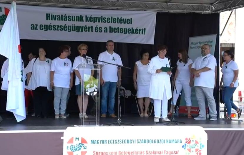 Egészségügyi dolgozók tüntetnek a Hősök terén