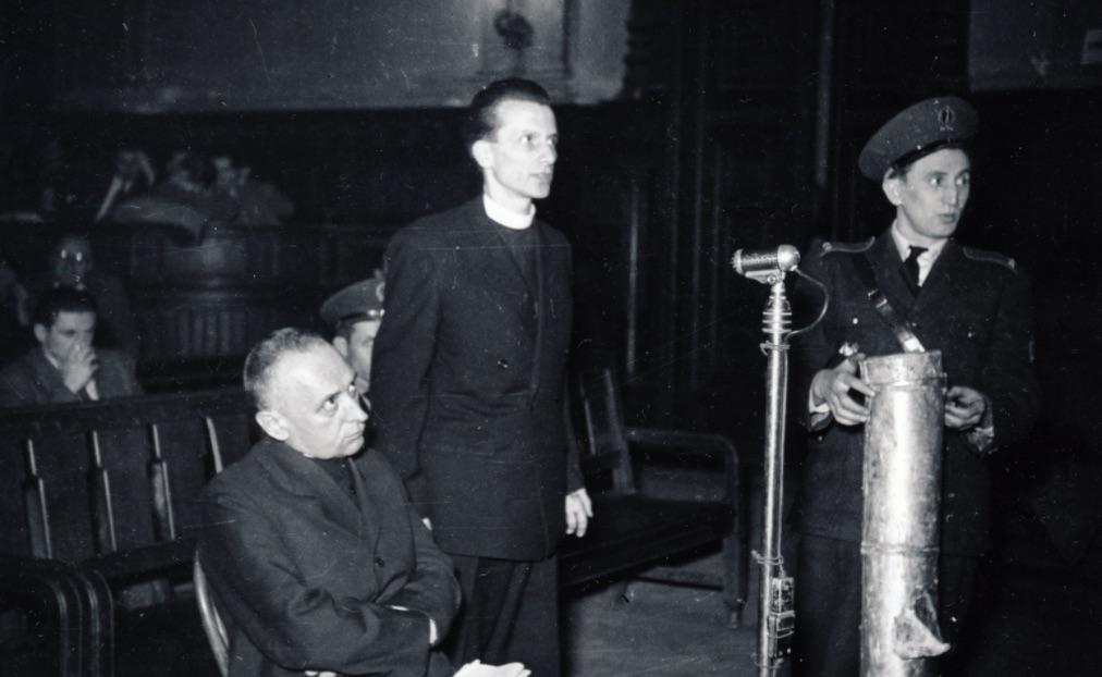 A hírhedt koncepciós per. Mindszenty József bíboros, hercegprímás, mellette áll Zakar András / Fotó: Fortepan.hu, Bass Tibor