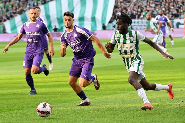 Tokmac és Kastrati harca a labdáért a Ferencváros-Újpest rangadón a Groupama Arénában. Fotó: MTI/Illyés Tibor