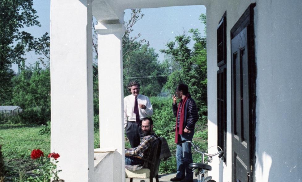 Üldözöttek. Radnóti Sándor és Kenedi János, előttük ül Tamás Gáspár Miklós 1987-ben / Fotó: Fortepan.hu, ad. Hodosán Róza