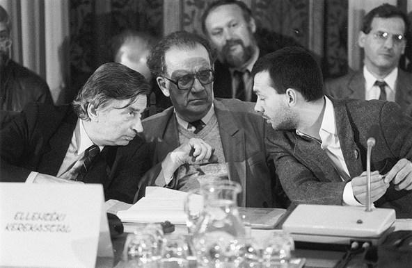 Antall József, Szabad György és Orbán Viktor az Ellenzéki kerekasztal tagjaként, az MSZMP-vel folyó tárgyaláson